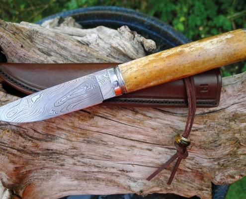 Jagdmesser, Griff: Oosik mit Cites; Klinge und Beschlag: Messerwerk Damast
